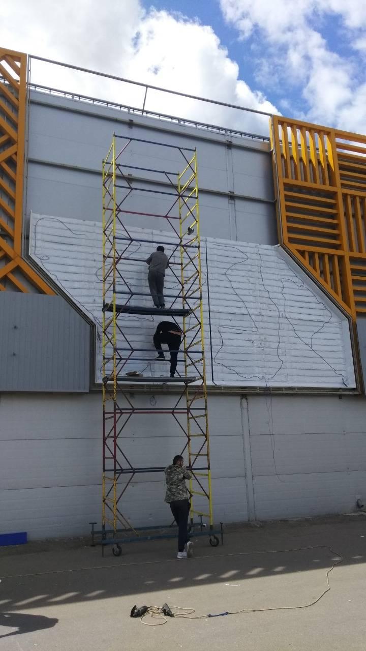 монтаж баннерного лайтбокса на фасаде ТЦ