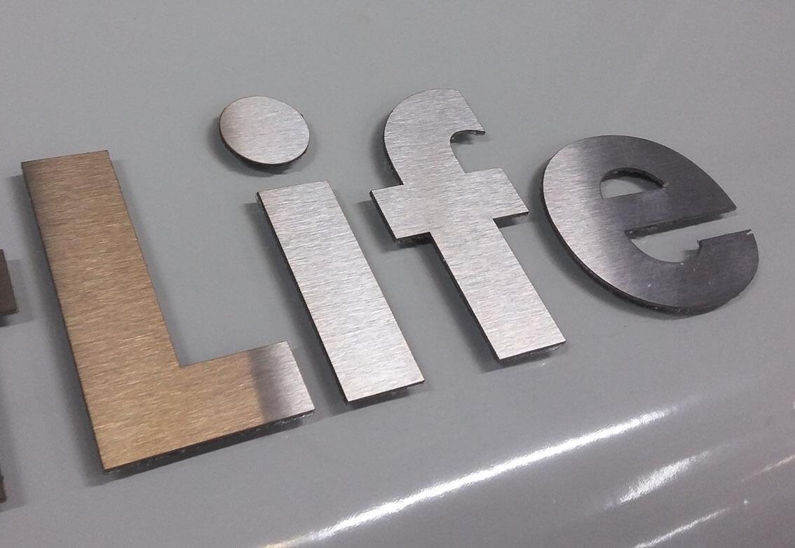 плоские буквы из композита и листового метала