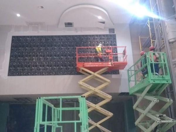 монтаж светодиодного экрана в торговом центре