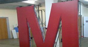 Объемные буквы для крышной конструкции из метала с лицевой поверхностью из светорассеивающего баннера