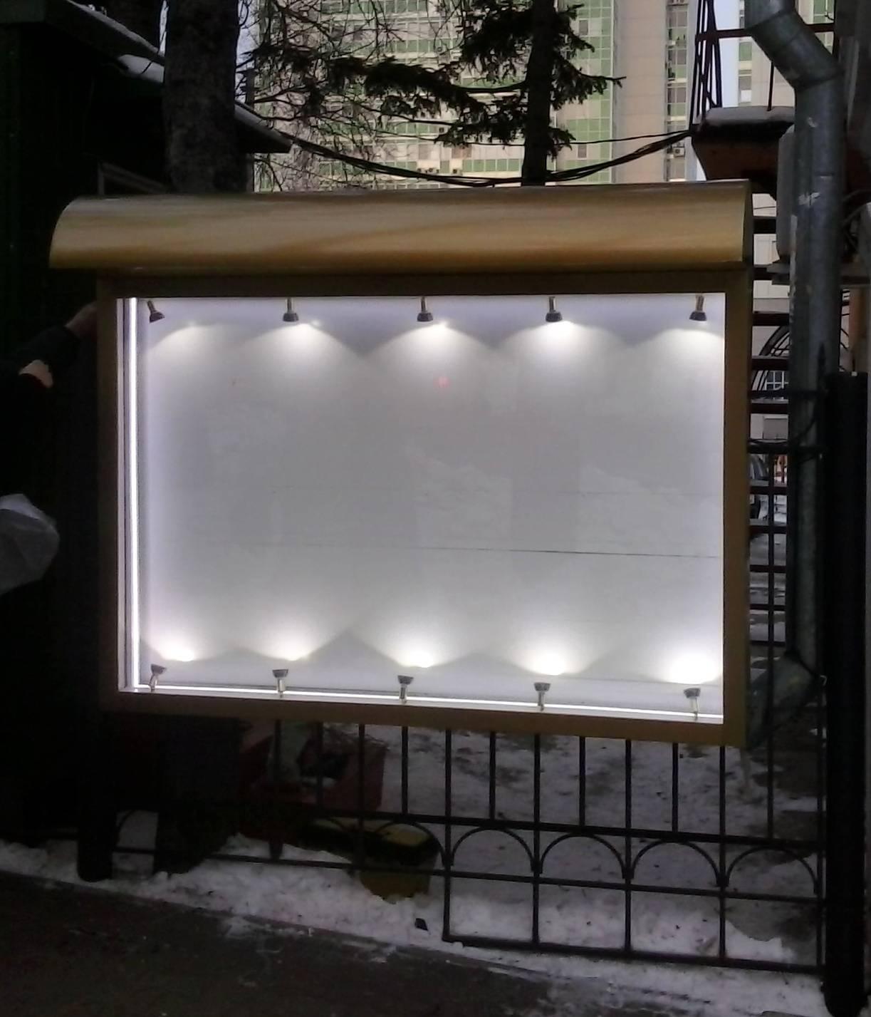 уличный стенд со встроенными светильниками